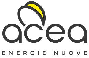 <strong>Acea Pinerolese Energia Srl</strong><br />Società che opera nel settore commercializzazione gas e luce e nel settore dell'efficienza energetica, l'Acea Pinerolese Energia da alcuni anni propone alle comunità locali progetti volti alla riqualificazione energetica di edifici privati e pubblici ed alla gestione integrata di impianti tecnologici di produzione di energia. A maggio 2021 viene inaugurato il primo Condominio Autoconsumatore Collettivo operativo d'Italia, un passo importante verso la transizione energetica e il contrasto della povertà energetica nel segno delle Comunità Energetiche Rinnovabili. Un sistema autonomo quanto a fabbisogno di energia elettrica e riscaldamento/raffrescamento in quanto per il 90% autoconsuma quanto prodotto dall'impianto fotovoltaico e dal solare termico. Un edificio isolato mediante la tecnologia della facciata ventilata con una pompa di calore sul tetto sfrutta l'energia del fotovoltaico per produrre acqua calda o fredda.  Questi due impianti, in sintesi, consentono di produrre l'acqua calda sanitaria, di riscaldare le abitazioni d'inverno e raffrescarle d'estate, alimentando elettricamente la pompa di calore e di produrre energia elettrica per il consumo dell'edificio. Un condominio che necessita solo in caso di picchi estremi di freddo di una minima percentuale di utilizzo di gas o di luce elettrica prelevati dalle differenti reti, pari a circa il 10% del totale. Dispone inoltre di un pacco di batterie da 13 kWh per sfruttare quanto più possibile l'autoconsumo.